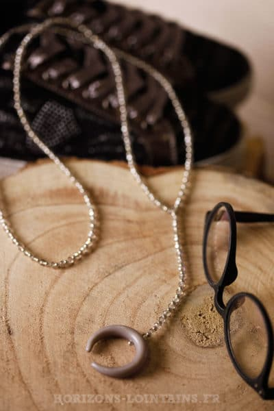 Collier petite perles fines facettes corne gris bijou