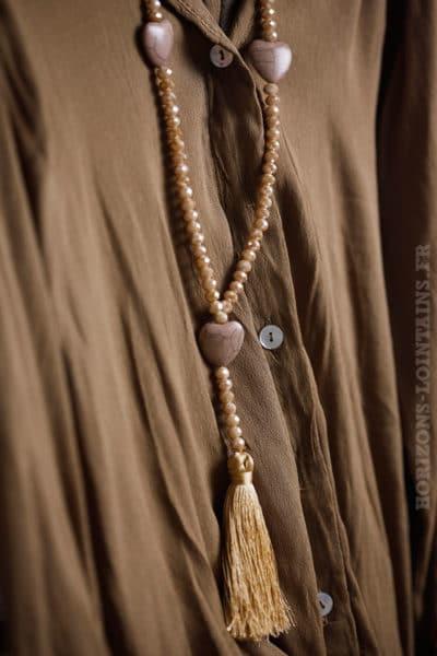 Collier sautoir beige perles facettes trois petits cœurs effet craquelé pompons couleur camel