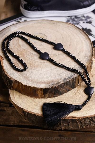 Collier sautoir noire perles facettes trois petits cœurs effet craquelé pompons couleur noir
