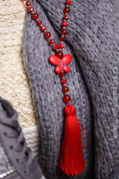 Collier rouge sautoir perles facettes papillon effet marbré pompons