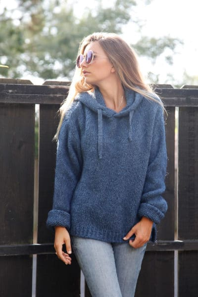 Pull-bleu-jean-à-capuche-grosses-mailles-b180