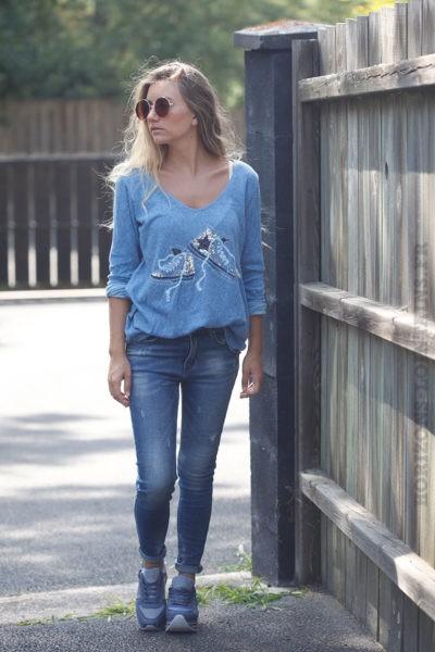 Pull-fin-bleu-en-coton-baskets-sequins-B175