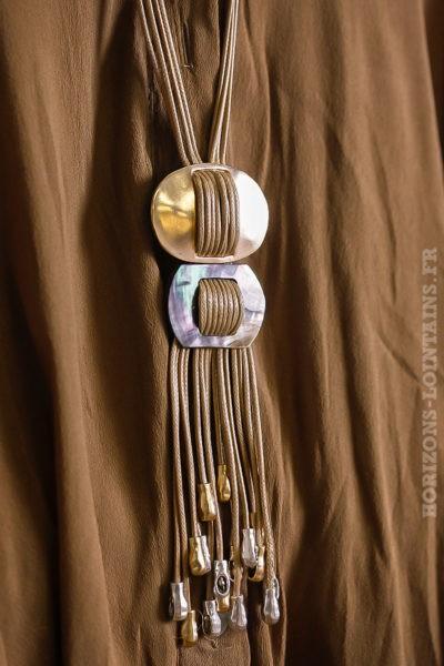 collier beige boucle métal beige argenté dorée nacre