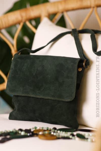 02bee253c2 petite pochette rabat bandoulière vert foncé peau style daim B005