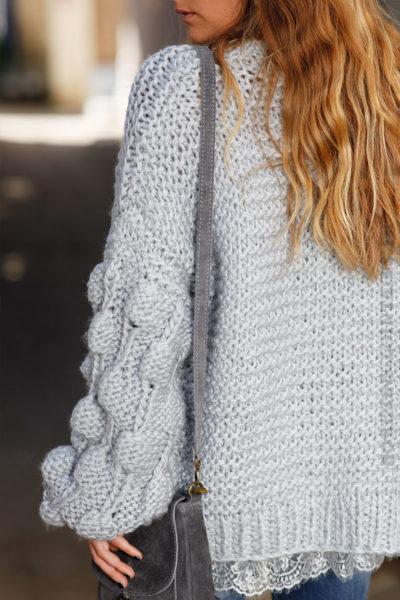 Gilet-gris-bleute-grosses-mailles-tricoté-main-manches-boules-b18