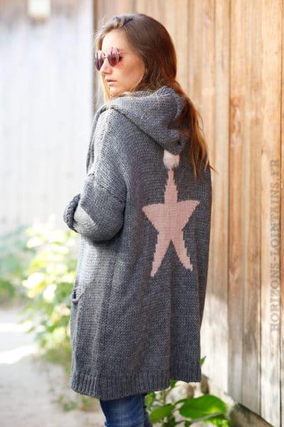 Gilet-long-gris-grosses-mailles-à-capuche-avec-étoile-dans-le-dos--b23-6