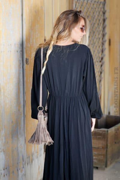 Robe-longue-noir-bohème-détail-dentelle-bas-b77