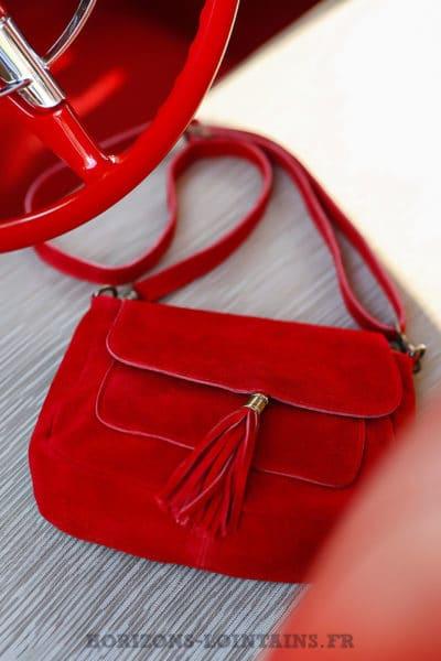 sac besace rouge pompons pratique matière cuir velour