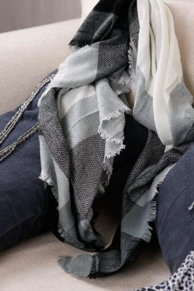 75d6364bb76 ... écharpe douce hiver carreaux noirs écrus gris foulard femme. Previous
