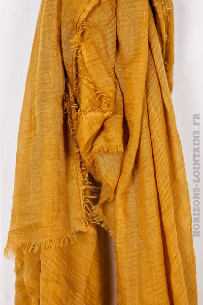 Écharpe couleur moutarde accessoire mode pour femme collection automne