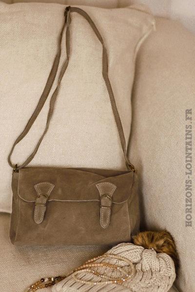 petit sac style cartable taupe, cuir velours, bandoulière réglable pratique