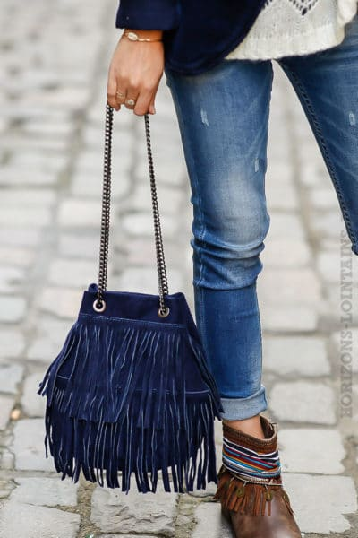 Sac seau bleu marine matière cuir velours avec franges anse chainettes