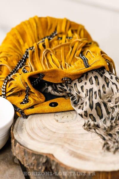 Sac seau à franges, couleur moutarde, cuir velours et anse chaînette