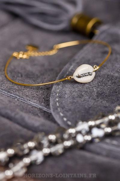Bracelet femme jonc doré avec coquillage et perles argentées