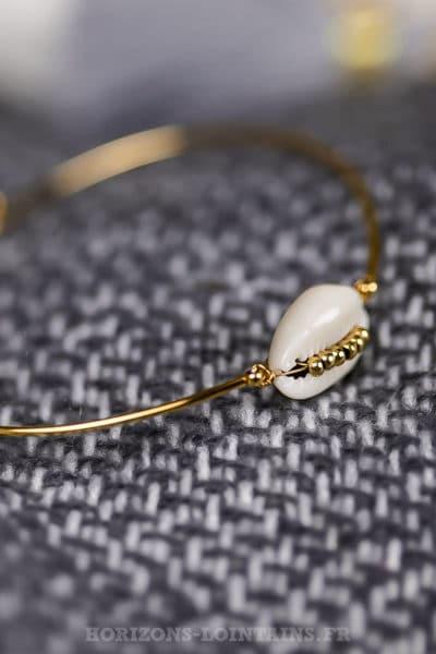 Bracelet femme jonc doré avec coquillage et perles dorées