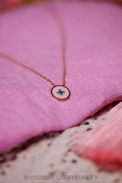 Collier-acier-doré-pendentif-fond-rose-petit-motif-turquoise-bijoux-femme-111