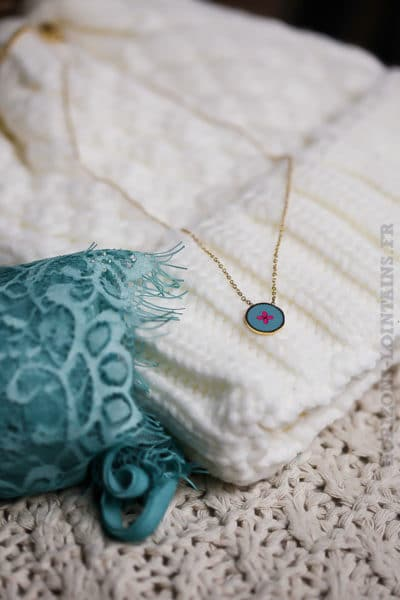 Collier acier doré pendentif fond turquoise petit motif rose bijoux femme 111