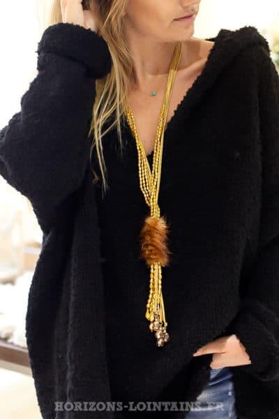 Collier perles à facette moutarde et pompons camel en fausse fourrure