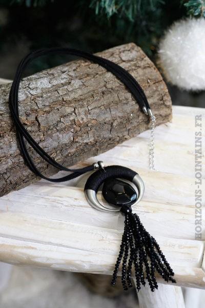 Collier-noir-corne-demi-lune-avec-pierre-noire-perles-facettes