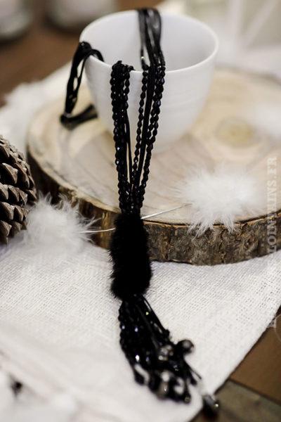 Collier perles à facette noir et pompons en fausse fourrure