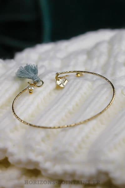 Jonc-ciselé-acier-doré-pompon-gris-bleuté-bijoux-femme