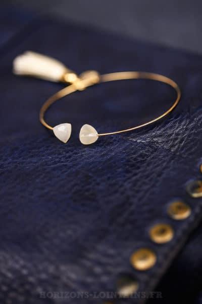 Jonc-fin-acier-doré-deux-pierres-pompon-blanc-cassé-écru-bijoux-femme-105