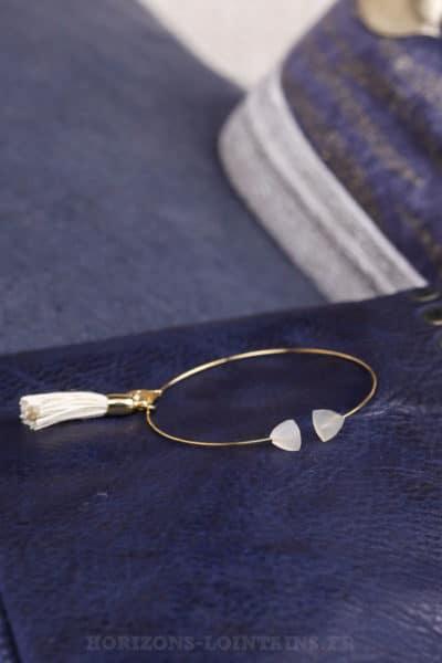 Jonc-fin-acier-doré-deux-pierres-pompon-blanc-cassé-écru-bijoux-femme