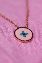 e17da4c7ff4ff Collier acier doré pendentif fond turquoise petit motif rose ...