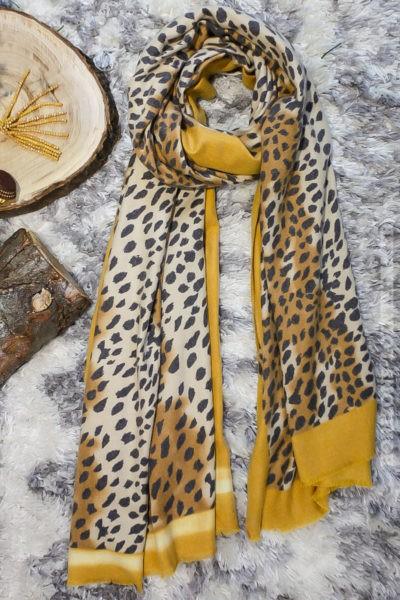 écharpe-imprimé-guépard-camel-moutarde-détail