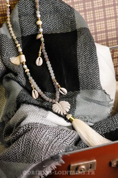 Collier-gris-blanc-perles-médaillon-feuille-palmier-blanche petits coquillage iles