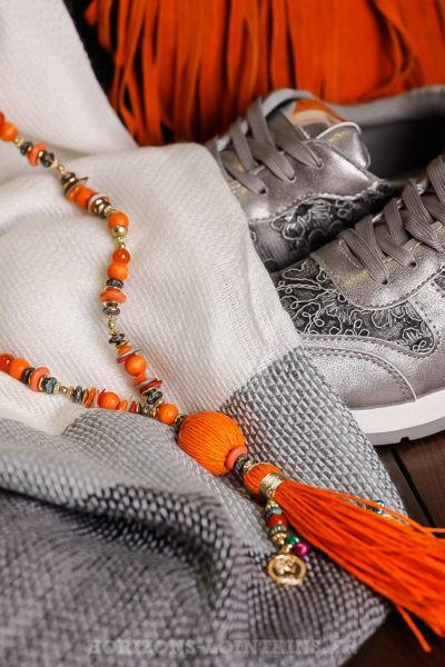 Collier-orangé-avec-perles-médaillon-tissus-multi-pompons-bijoux-femme