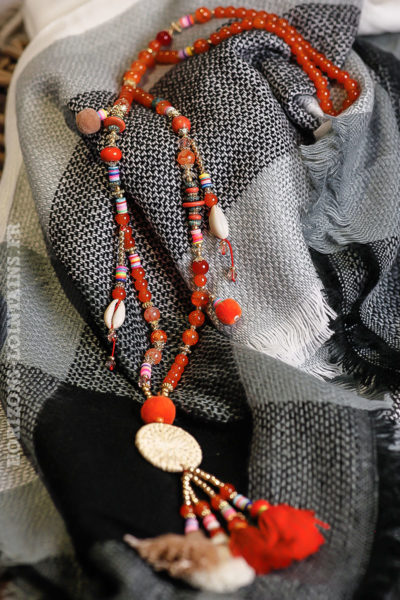 Collier-orangé-perles-verre-rouges-medaillon-rotin-bijou-femme bohème