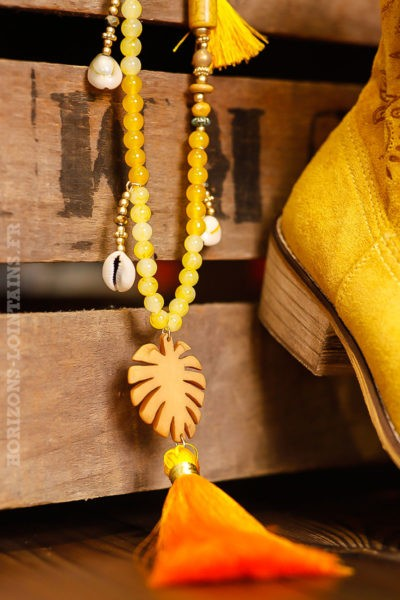 Collier perles jaunes petits coquillages médaillon feuille palmier jaune