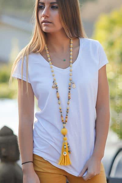 Collier-perles-jaunes-médaillons-dorés-pompon-raphia-jaune-bijoux-femme