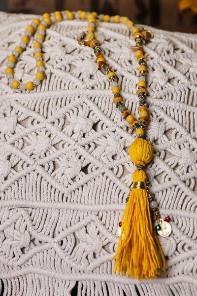 Collier perles jaunes médaillons dorés pompon raphia jaune