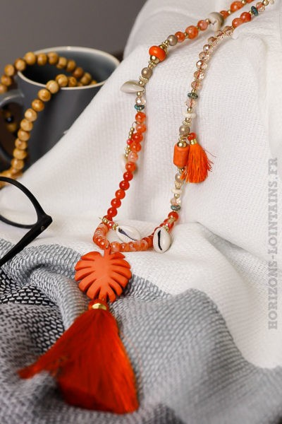 Collier-pompon-perles-oranges-coquillages-îles-médaillon-palmier-orange-nuances-rouges-bijoux-femme