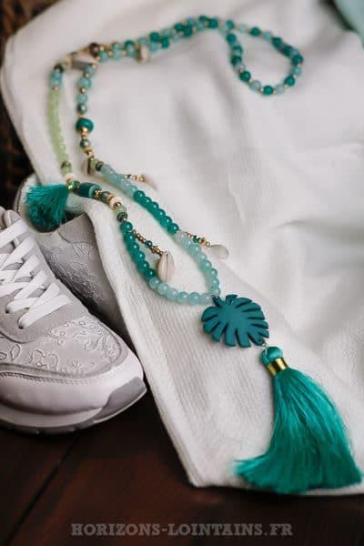 Collier-pompon-perles-turquoises-coquillages-médaillon-palmier-turquoise-nuances-vertes-bijou