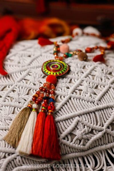 Collier-rouge-avec-perles,-médaillon-tissus-multi-pompons