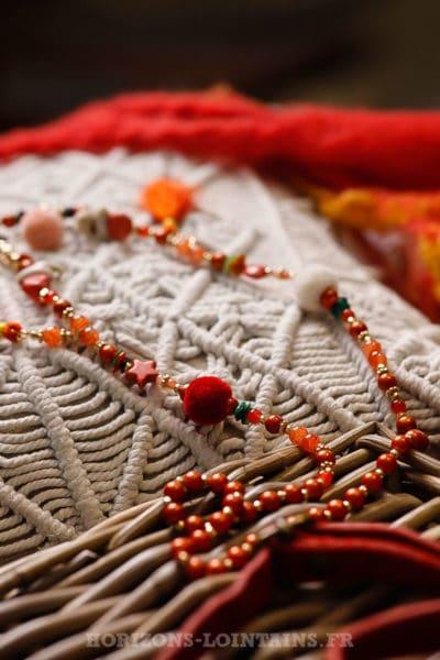 Collier-rouge-avec-perles,-médaillon-tissus-multi-pompons-multicolores