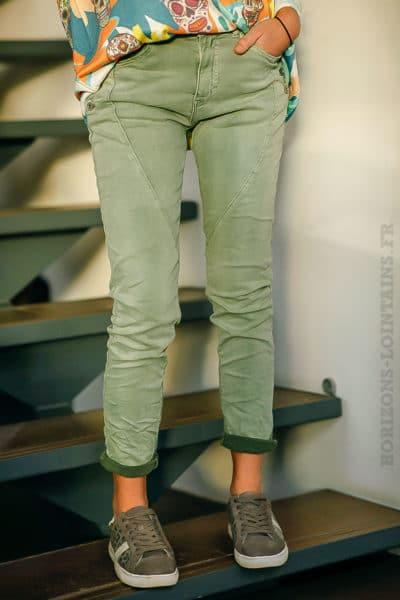 Jean-stretch-kaki-clair-boutons-poches-pantalon-femme-look-moderne