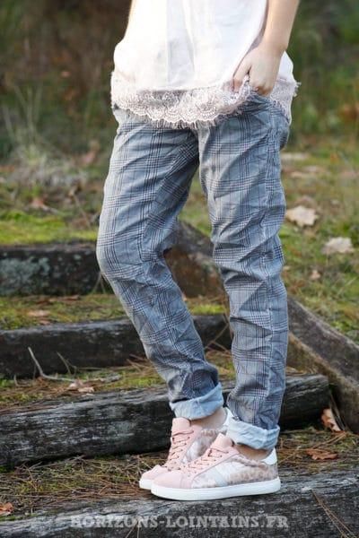 Pantalon-très-confort-stretch-à-carreaux-fond-gris-bleuté-b58