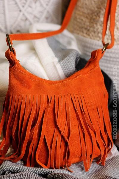 Sac-seau-orange-cuir-velours-franges-lien-ajustable-détail-fermeture-éclair-look-hippie-chic