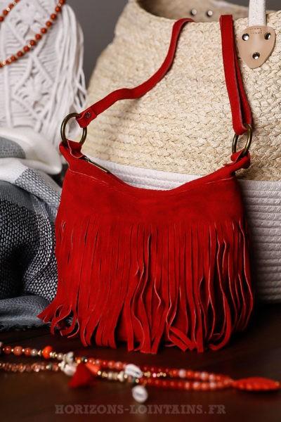 Sac-seau-rouge-cuir-velours-à-franges-lien-ajustable-détail-fermeture-éclair-look-hippie-chic