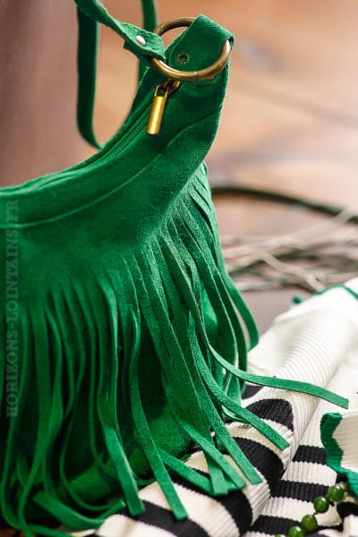 Petit sac seau vert vif en cuir velours franges lien ajustable
