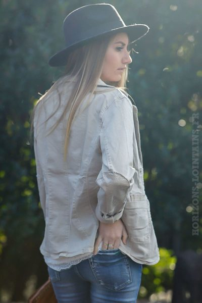 blazer-beige-clair-cintré-avec-details-sequins-transparents-veste-femme-look-moderne