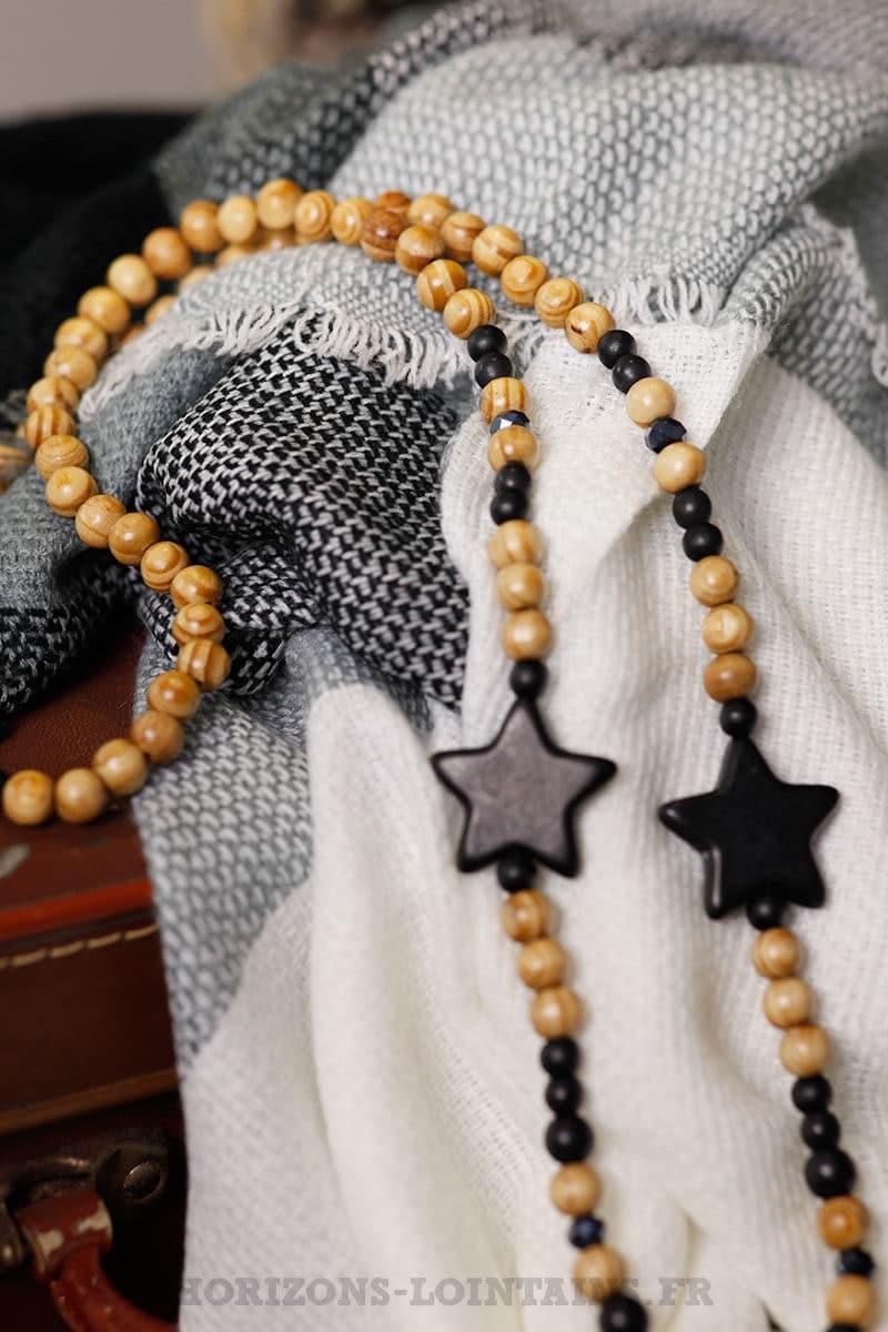 collier noir perles bois beiges 3 étoiles noires