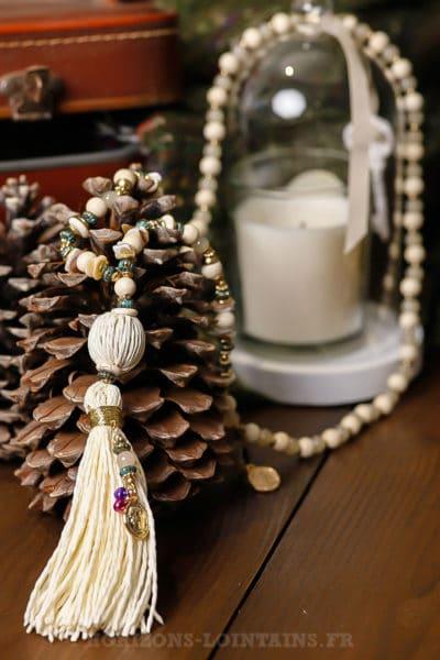 collier-perles-écrues-turquoises-medaillons-dorés-pompon-raphia-écru