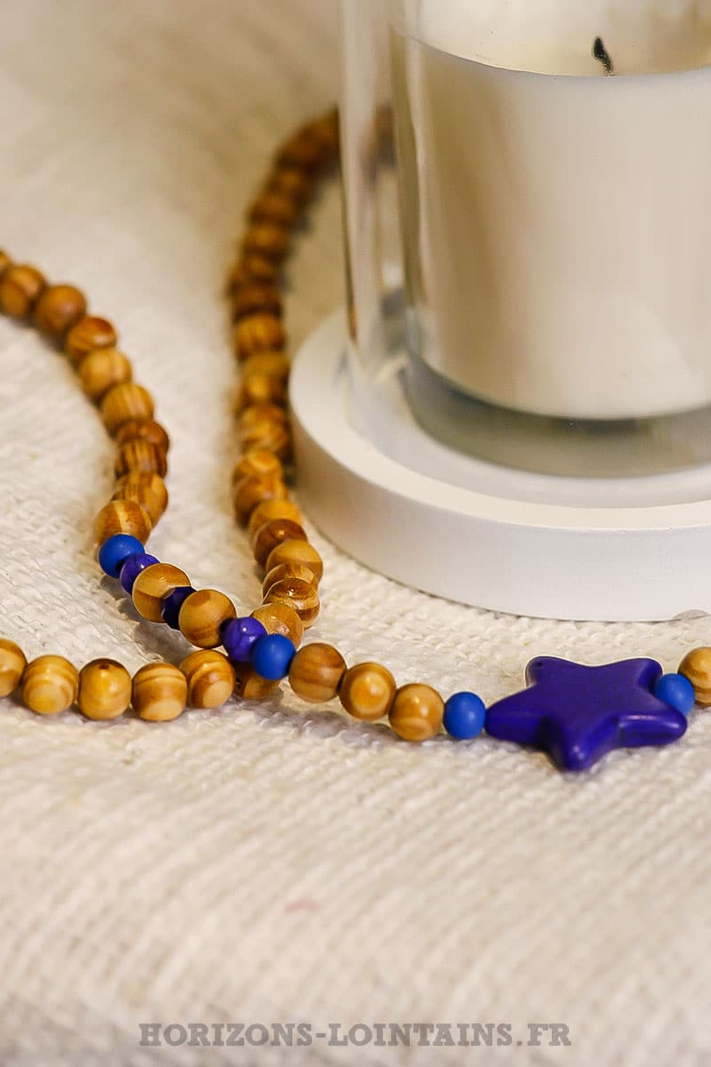 collier-perles-bois-beige-trois-étoiles-bleues-marine-bijou-bohème-hippie-chic-femme