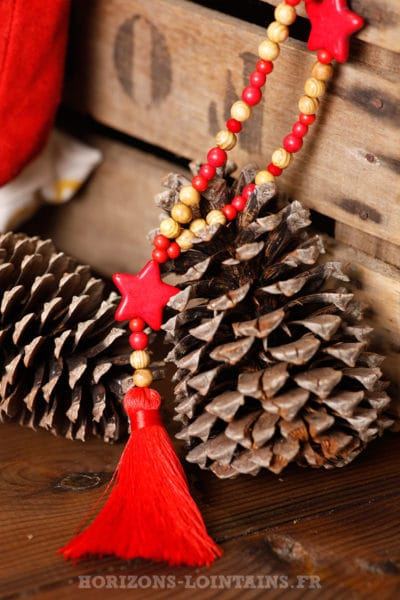 collier-perles-bois-beige-trois-étoiles-rouge-bijou-hippie-bohème-chic-femme