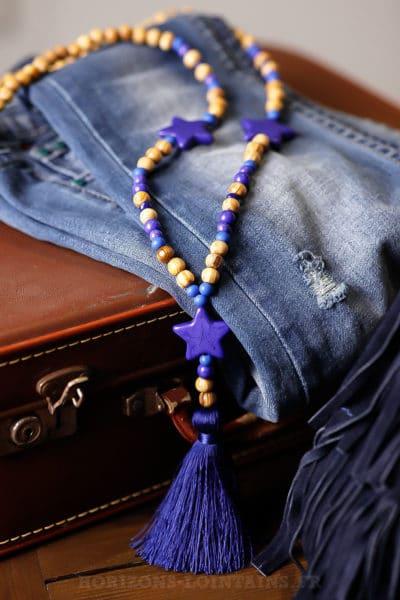 Collier sautoir avec perles de bois, 3 étoiles bleu roi et pompon bleu roi